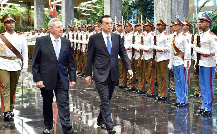 Cuban President Raul Castro holds a welcoming ceremony for Chinese Premier Li Keqiang (R) before their talks in Havana, Cuba, Sept. 24, 2016.