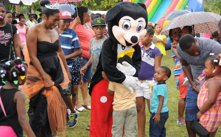 Mikey wows children at Kairi Christmas Wonderland