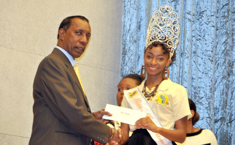 DSC president Dr. Donald Peters hands over Mas Jamboree prize
