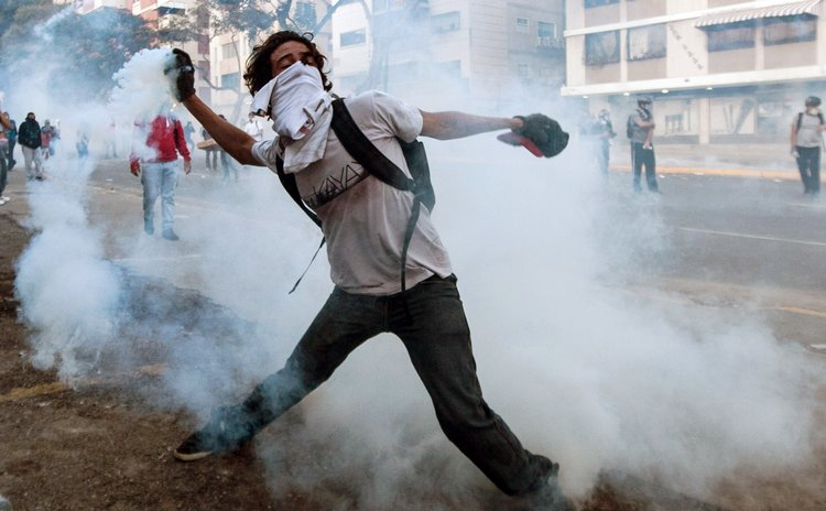 CARACAS, Feb. 20, 2014 (Xinhua) -- A student participates in a protest in Altamira, in the municipality of Chacao, Caracas, Venezuela, on Feb. 19, 2014. (Xinhua/Boris Vergara